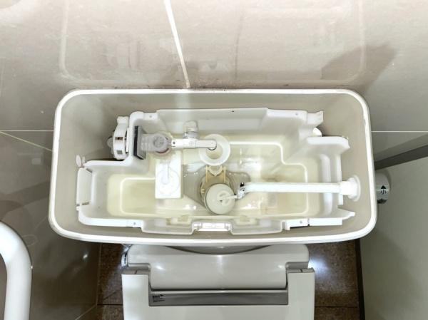 トイレタンク内部。工事前。