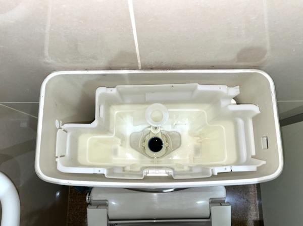 トイレタンク内部。工事中、既設部品撤去後。