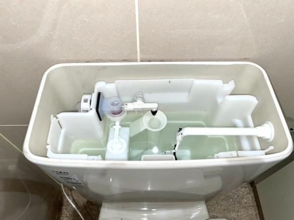 トイレタンク内部。新規部品交換後。