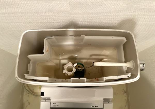 トイレタンク内部。既設給水ホース及びボールタップ取り外し後。