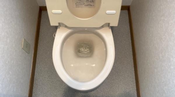 トイレ修理工事前。便器へ水漏れ。