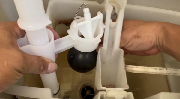 工事中。新規排水弁部(サイホン管)取り付け中。