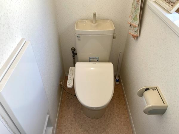 トイレ修理工事前。全景。
