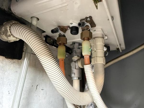 工事前。湯はり・追い炊き配管(エルメックス)より水漏れ。