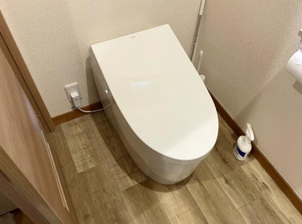 工事前。トイレ全景。