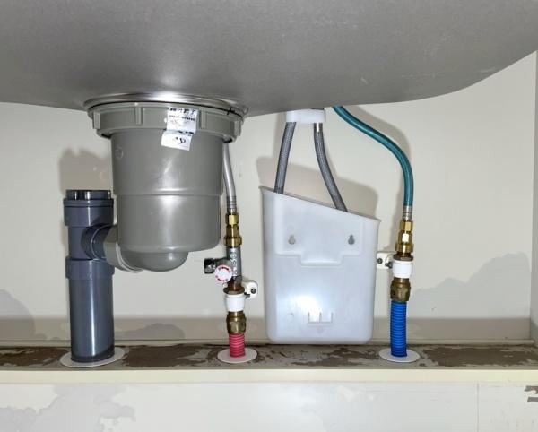 キッチンシンク下収納部。新規蛇口取り付け工事後。