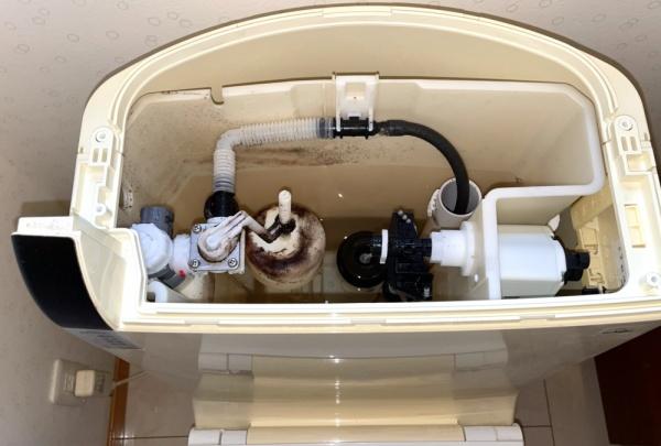 トイレ工事中。タンク内部。