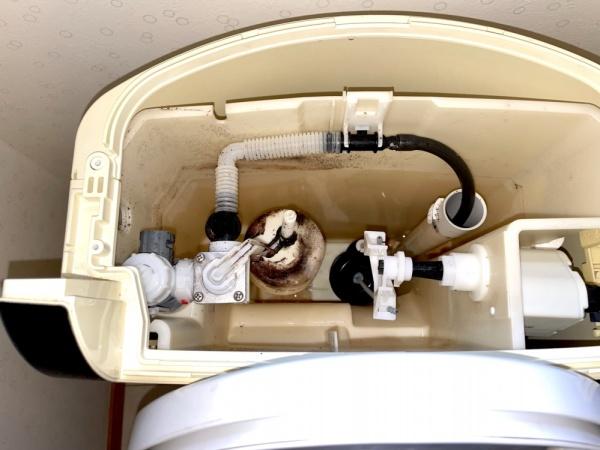 トイレ修理後、新規ダイヤフラム、排水弁部取り付け後。
