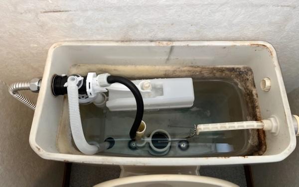 トイレ修理工事後。タンク内部。