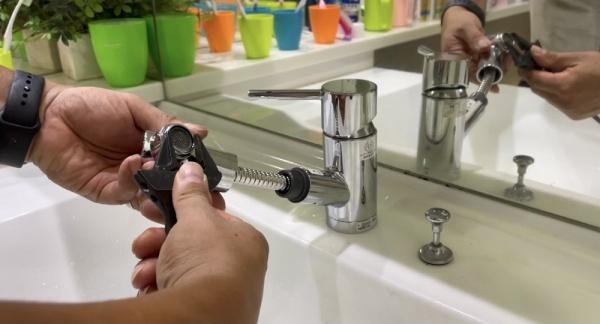 洗面台新規蛇口取り付け中。