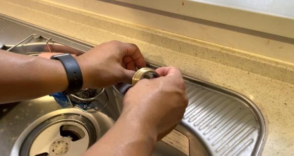 キッチン新規蛇口取り付け工事中。